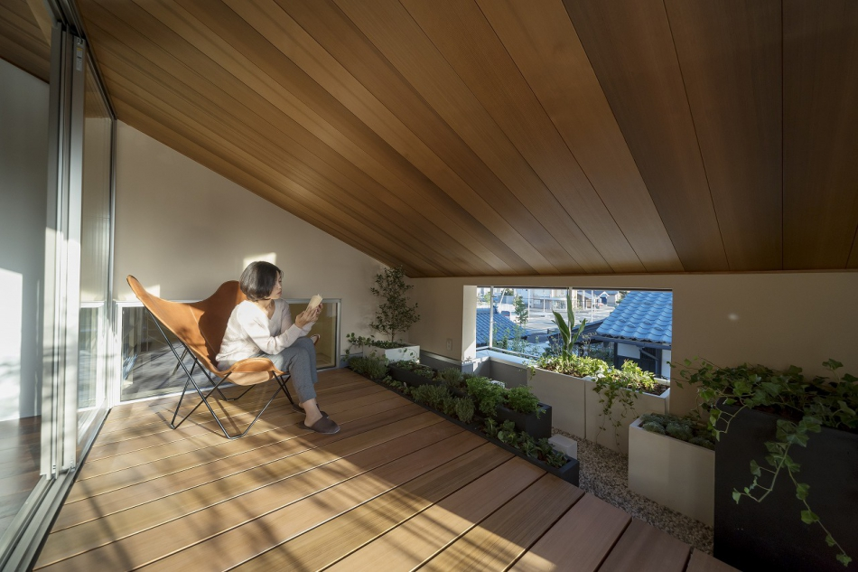 子世帯のリビングと繋がる半屋根のデッキ