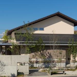 モダンで新しい、二世帯住宅「なが楽の家」
