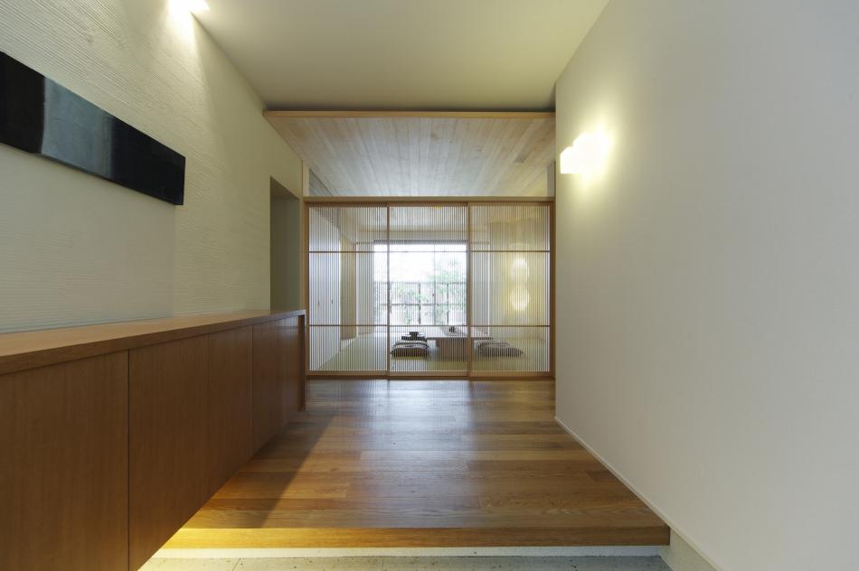 玄関の前に広がるデザイン性のある和室
